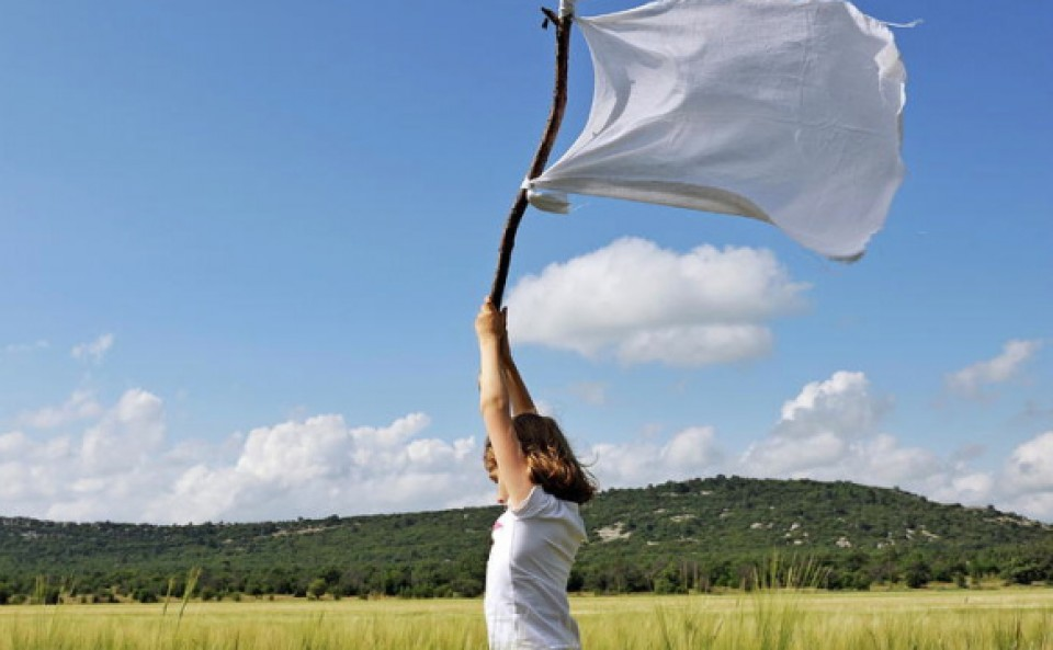 weisse flagge und mädchen